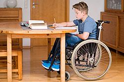 Junge im Rollstuhl: Kosten für behindertengerechten Umbau verteilen